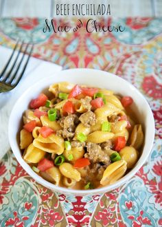 Beef Enchilada Macaroni and Cheese - quick Mexican recipe! Hamburger, pasta shells, heavy cream, enchilada sauce, cheese - top with tomatoes and green onions. Super simple and SO delicious! Ready in 1 (Velveeta Cheese Enchiladas) Mexican Dishes, Mexican Food Recipes, New Recipes, Dinner Recipes, Cooking Recipes, Favorite Recipes, Budget Recipes, Quick Recipes, Cooking Tips