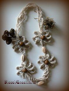 collana con fiori ad uncinetto e perle legno