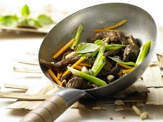 The Stir-Fried Beef and Shiitake Mushrooms recipe out of our category Beef! EatSmarter has over healthy & delicious recipes online. Healthy Eating Tips, Healthy Nutrition, Healthy Dinner Recipes, Meat Recipes, Healthy Egg Breakfast, Breakfast For Kids, Wok, Fried Beef, Fresh Asparagus