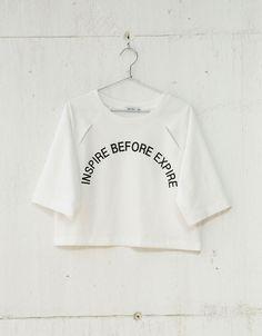 Sudadera cropped aberturas escote y texto. Descubre ésta y muchas otras prendas en Bershka con nuevos productos cada semana
