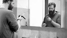 Klassische Nassrasur: Schärfen des Rasiermessers, Rasierschaum schlagen und Pflege der Rasiertools.  Wie du Rasierschaum mit Hilfe eines Rasierpinsel schlagen kannst? Wie du dein Rasiermesser und deinen Rasierpinsel pflegen solltest? Fragen über Fragen, hier kommen unsere Antworten. #blackbeards #Beardcare #Bartpflege #Rasur #Shave #Rasiertools #Rasiermesser #Rasierschaum #Nassrasur Onlineshop: www.blackbeards.de