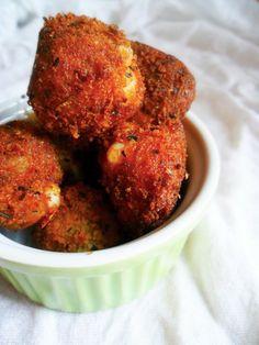 Rántott mozzarellagolyó Tandoori Chicken, Mozzarella, Ethnic Recipes, Meatless Recipes, Food, Milk, Cheese, Kitchens, Essen