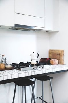Tiled kitchen worktop - Bolig Magasinet (Not a bad design for a small space! Kitchen Dinning, New Kitchen, Kitchen Decor, Kitchen Styling, Minimal Kitchen, Kitchen Black, Kitchen Worktop, Kitchen Tiles, Home Interior