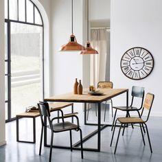 Une salle à manger industrielle avec table, chaises et banc en bois et acier Hiba - La Redoute Intérieurs // Industrial dining room with a table, a bench and chairs, wood and steel.
