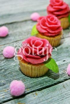 Waniliowe muffinki z różyczkami marcepanowymi