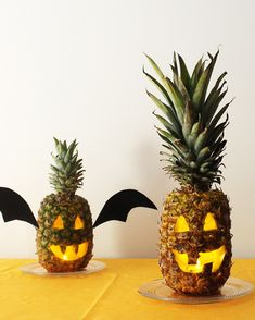 Pineapples are the Sweetest Jack-o'-Lantern Trend for Halloween Healthy Halloween Treats, Halloween Sweets, Halloween Party Supplies, Holidays Halloween, Halloween Pumpkins, Halloween Dinner, Fairy Halloween Costumes, Couple Halloween, Halloween Crafts