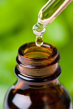 See essential oil recipes that can be used in homemade cleaning products for both their cleaning power, and also for their aromatherapy scents. Huile Tea Tree, Tea Tree Oil, Homemade Moisturizer, Homemade Skin Care, Homemade Deodorant, Homemade Facials, Essential Oil Uses, Young Living Essential Oils, Pure Essential