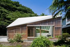 FT architects covers photo studio in japan with asymmetrical roof - designboom | architecture
