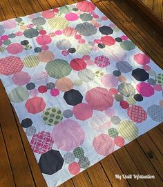 Snowballs for a Nursery | My Quilt Infatuation | Bloglovin'; I used three different sizes of snowballs- 12 inch, 8 inch, and 4 inch, and constructed the quilt in sections.