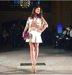 A Carmen Steffens fez seu primeiro desfile durante a semana de moda de NY. Foi no Vanderbilt Hall Manhantann. Para apresentar sua linha de roupas duas musas se destacaram na passarela: Adriana Lima e Toni Garrn. Super apropriado já que são modelos lindas e com curvas, representando muito bem a mulher brasileira. E na primeira …