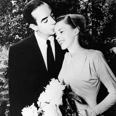 Today's vintage bridal style is inspired by the 1945 wedding of Judy Garland and Vincente Minnelli. The two fell in love while working together on Meet Me In St. Louis in 1944. Judy is only 23 years old in this picture! Too bad they divorced in 1951. Celebrity Wedding Photos, Celebrity Wedding Dresses, Celebrity Weddings, Judy Garland, Hollywood Couples, Hollywood Wedding, Old Hollywood, Classic Hollywood, Liza Minnelli