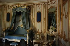 Bedroom, Esterházy Palace (Hungary) ~ I stood there, it was a strange feeling in a beautiful way Bedroom Themes, Bedroom Decor, Bedroom Interiors, Royal Bedroom, Dressing Room Closet, French Bed, Grand Homes, Big Girl Rooms, Through The Looking Glass