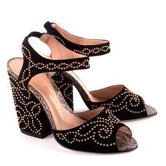 Sandália salto grosso em sued preto com palmilha de couro estampa de cobra e cravejada com arabesco de tachas ouro | Luiza Barcelos | R$399,00.