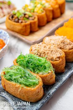 6x Gemengde Inari sushi (inarizushi)   Proef Japan Sushi Recipes, Asian Recipes, Asian Foods, Ethnic Recipes, Kimchi, Salmon Burgers, Bento, Tofu, Seafood