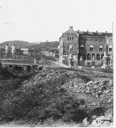 A l'exterior de l'Hospital de Sant Pau :: Fons fotogràfic Salvany (Biblioteca de Catalunya)