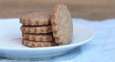 Jednoduché křehké špaldové sušenky | foodnotes.cz Pancakes, Cookies, Breakfast, Desserts, Food, Crack Crackers, Morning Coffee, Tailgate Desserts, Deserts