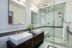 meuble salle de bains en bois massif foncé, murs en marbre et frise déco