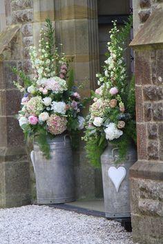 Kirchendekoration, Eingangsdekoration, Blumen in Milchkannen, rustikal, romantisch, Hochzeitsdekoration
