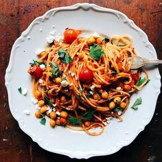 Snabb tomatpasta med rostade kikärtor och fetaost