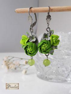 Cercei in nuanțe irezistibile, tonice, de verde proaspăt, ce transmite sentimentul reînnoirii de neînvins. Accesorizati cu margele din jad natural.