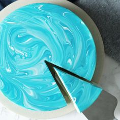 Recipe with video instructions: Blue as the ocean and sweet like the tropics, this beautiful mango cheesecake is almost too pretty to eat. Mirror Glaze Recipe, Mirror Glaze Cake, Mirror Cakes, Round Cake Pans, Round Cakes, Japan Tag, Bolo Grande, White Food Coloring, Mango Jelly