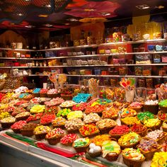 Candy Store Display, Candy Room, Penny Candy, Junk Food Snacks, Healthy Living Magazine, Chocolate Shop, Candyland, Store Design, Chill