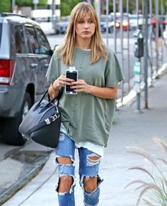 Hailey Baldwin – Doing Distressed Jeans Just Right!