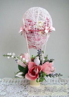 Bellas decoraciones con esferas de hilo - Dale Detalles Bouquet Box, Candy Bouquet, Diy Ribbon, Ribbon Work, Candy Flowers, Paper Flowers, Egg Crafts, Diy And Crafts, Diy Gift Box Template