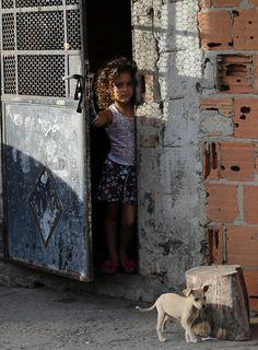 Menina linda | 23 imagens impressionantes da ocupação do Complexo da Maré