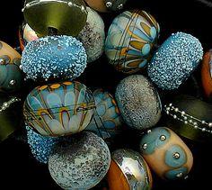 Eine schöne OrGaNiC set 18 Perlen in den Farben Aqua, Kupfer grün und Kosmos gemacht. Messungen sind etwa. 60 bis. 65 im Durchmesser in jeder Runde. Akzente sind feine Stringer Arbeit, Silber Glas und reinem Silberdraht. Denken Sie daran, dass dies ein aus zu bestellen und da so es einzigartig, aber die Bilder ähnlich sein wird. Bitte geben Sie mir 2-4 Wochen um Ihre Perlen zu beenden. Ich brauche spezielle Artikel für Ihre Perlen bestellen, dann kann, die den Zeitrahmen von 2 Wochen…