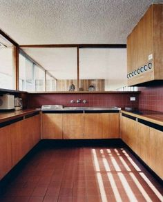 45 Modern Mid Century Kitchen Design Ideas For Inspiration. These days kitchen décor comes in all colors, sizes and eras. The newest trend in kitchens today is the retro kitchen design look. Interior Exterior, Interior Design Kitchen, Interior Architecture, Bauhaus Interior, Interior Livingroom, Kitchen Designs, Timber Kitchen, Kitchen Flooring, Kitchen Tile