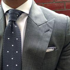Gray suit and knit tie Dapper Gentleman, Gentleman Style, Sharp Dressed Man, Well Dressed Men, Marcelo Mello, Costume Gris, Classic Men, Mens Fashion Blog, Suit Fashion