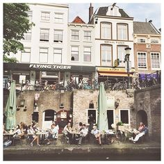 Easy evenings 🍻 #utrecht #utrechtcity #netherlands #canal #travelblog #plungebytiiatravels #lifeisgood #easylife #utrechtmoment #myoldhome #expat #expatlifestyle #oldcity