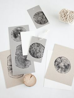 25 +> Stamp with wood – as easy as it sounds! With small pieces of wood … - diy jewelry To Sell Ideen Wood Crafts, Paper Crafts, Diy Crafts, Handmade Stamps, Fabric Stamping, Smart Art, Wood Stamp, Kids Wood, Mark Making