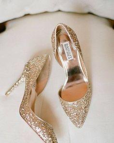 Que tal inovar no sapato e apostar em algo bem diferente tipo esse sapato bonitão dourado? <3