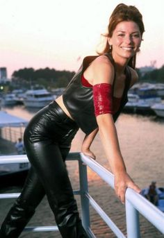 Shania Twain, hot milf in leather Best Country Singers, Country Music, Country Artists, Shania Twin, Shania Twain Pictures, Jenifer Aniston, Cultura General, Leder Outfits, Music People