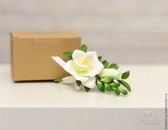 Купить или заказать Бутоньерка свадебная в интернет-магазине на Ярмарке Мастеров. Бутоньерка для жениха из полимерной глины. У бутоньерки есть крепление к пиджаку в виде булавки. Цветы очень легкие, достаточно прочные. Современная бутоньерка жениха – это элегантное украшение с минимальным количеством цветочных элементов, по своей стилистике и великолепию не уступающее букету невесты.