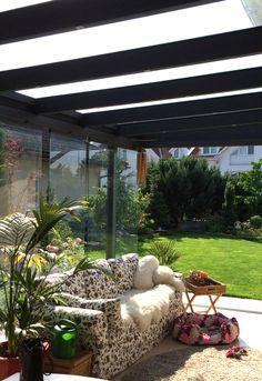 I zimní zahrada může být příjemnou místností pro odpočinek. Obzvlášť s prosklenou konstrukcí a ničím nerušeným výhledem na zahradu. Inspirace zimní zahrada - posuvné dveře.