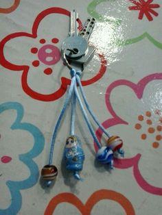 Llavero hecho con cola de raton, matrioska de porcelana y bolas de cristal