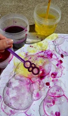 Easy homemade bubble recipe / Painting with bubbles Are you in need of a quick kids activity ? Nothing could be easier than whipping up a batch of bubbles ! All you need is soap and water. Well, mostly. Bubble Painting, Bubble Art, Fabric Painting, Bubble Crafts, Homemade Bubble Recipe, Homemade Bubbles, Bubble Recipes, Homemade Baby, Kids Crafts