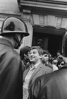 © Gilles Caron / Daniel Cohn-Bendit face à un CRS devant la Sorbonne le 6 mai 1968