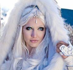 maquillage Halloween femme avec lentilles: la reine des neiges