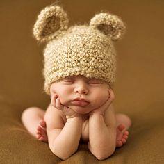 Bebé con orejitas de oso durmiendo