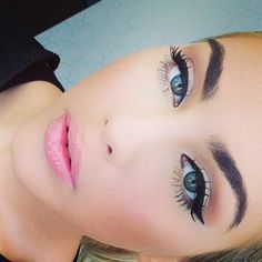 winged eyeliner baby pink lips so simple and timeless love it #babypinklips #lightpinklips