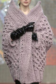 Удлиненный свитер будет отлично смотреться с узкими брюками или юбкой в пол