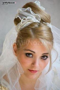 http://www.lemienozze.it/operatori-matrimonio/trucco_e_acconciatura/parrucchiere-siracusa/media/foto/10 Velo intrecciato ad un'acconciatura alta raccolta sulla testa.