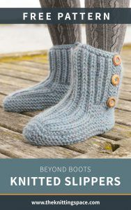 Keep your feet warm and toasty as you relax around the house this winter by making a pair of these chic boots style knitted slippers. This stylish knitted accessory is worked top down with garter stitch and Fisherman`s rib. Knitting Blogs, Knitting Socks, Free Knitting, Baby Knitting, Knitting Tutorials, Crochet Socks, Vintage Knitting, Knitting Ideas, Knitting Projects