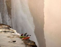 Whitewater Kayaking Extreme kayaking at Victoria Falls. - Whatever you do, don't look down. Chutes Victoria, Concours Photo, Livingstone, Whitewater Kayaking, Canoeing, Extreme Sports, The Great Outdoors, Trekking, The Good Place