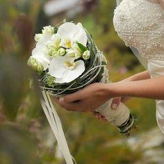 Modischer Brautstrauß aus weißen Orchideen.