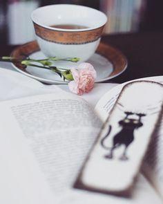 Herbatki? 🤓 Przypominam o konkursie w poprzednim poście. Macie czas do środy! 😱😎😍😊 #książki #książka #book #books #booklover #bookaholic #bookgeek #filiżanka #kwiaty #kwiat #zakładka #zakładkazkotem #artystycznie #ktoczytaniebłądzi #kochamczytać #bookporn